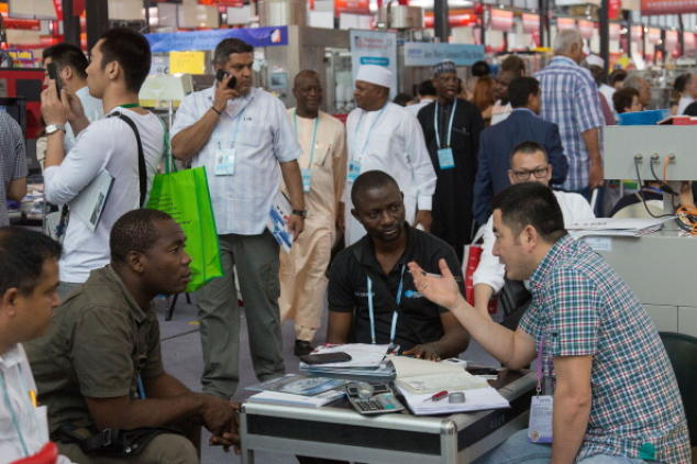 Эбола давно в Китае? Множество африканцев, приехавших на выставку в Гуанчжоу, вызвали панику среди жителей из-за страха перед Эболой. Фото: Theodore Kaye/Getty Images