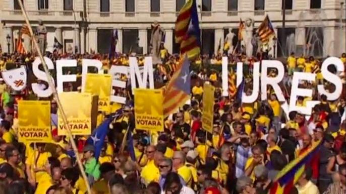 На митинг в Барселоне, по данным местной прессы, вышли более 100 тысяч человек. Скриншот видео.