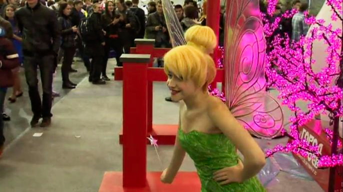 Сотни людей в костюмах фей, демонов, джедаев и других героев комиксов собрались на первый в России Comic Con. Скриншот видео.