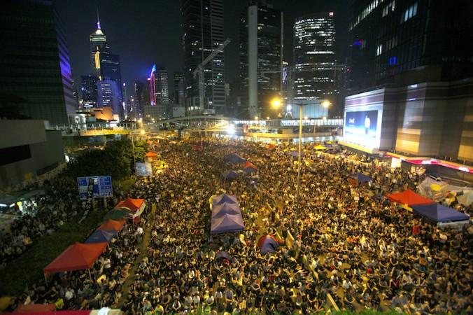 Тысячи про-демократических протестующих заполнили место, которое они называют «площадь зонтиков», в центральном районе Гонконга, где находятся правительственные здания. 10 октября 2014 года тысячи людей пришли поддержать протест после того, как правительство отменило переговоры с организаторами протестного движения, намеченные на этот день. Фото: Benjamin Chasteen/Epoch Tim