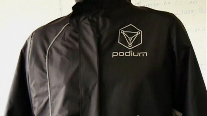 Мексиканские инженеры разработали умную куртку для занятий бегом, которая мониторит показатели тела человека. Скриншот видео.