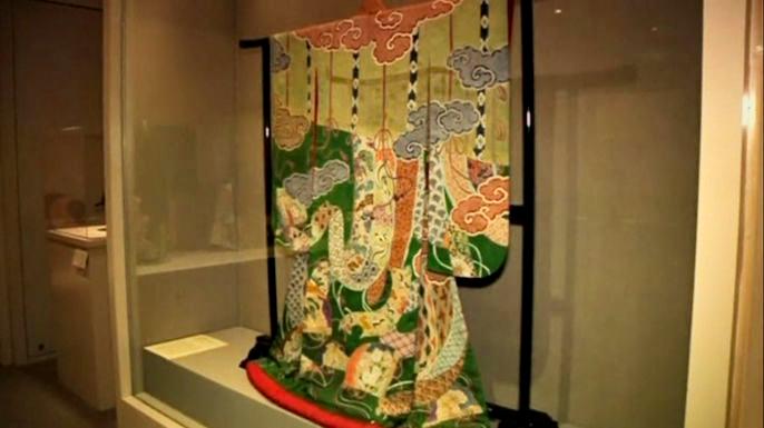 В экспозиции представлено 50 роскошных кимоно, изготовленных в период с начала XVIII века и до наших дней. Скриншот видео.
