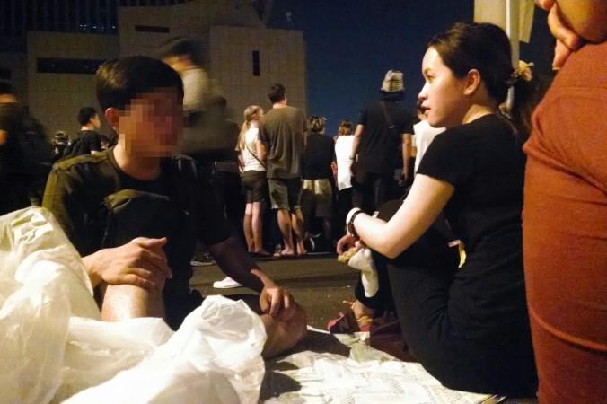 Парень (слева) с материкового Китая обсуждает демократические идеи с местной девушкой, Гонконг, 4 октября 2014 года. Фото: Matthew Robertson/Epoch Times