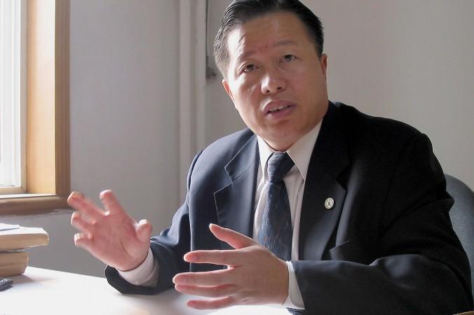 Известный китайский адвокат по правам человека Гао Чжишэн в своём офисе в Пекине 2 ноября 2005 года. Фото: Verna Yu/AFP/Getty Images