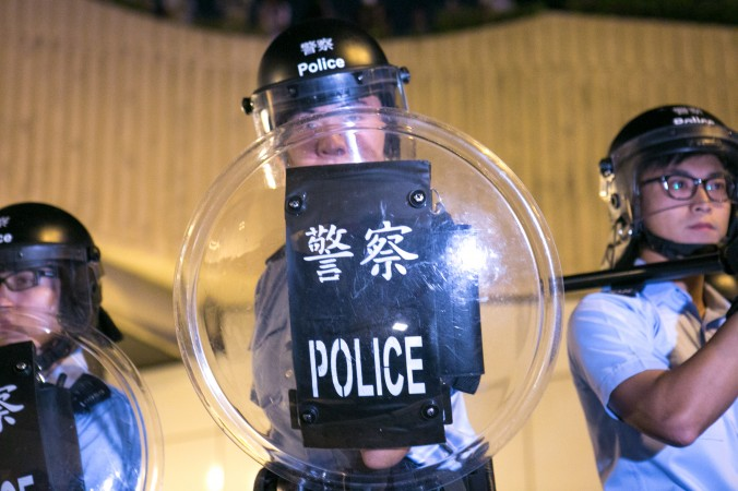 Протестующие в Гонконге пытались блокировать главное шоссе Lung Wo Road в ответ на разбор их баррикад полицией 14 октября 2014 года. Фото: Benjamin Chasteen/Epoch Times