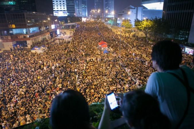 Десятки тысяч людей собирались 4 октября на улице Коннахт-роуд у Гонконгского гарнизона НОАК, требуя отставки главы Лян Чжэньина. Фото: Benjamin Chasteen/Epoch Times