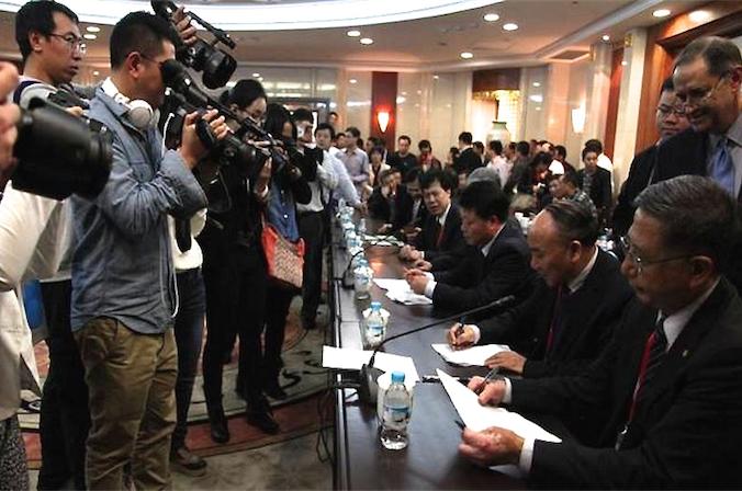 Президент Всемирного трансплантологического общества, д-р Фрэнсис Дельмонико (выше справа) наблюдает за подписанием резолюции в Ханчжоу 29 октября 2013 года. Китайские органы здравоохранения позже отказались от своих обещаний, из-за чего участие международных организаций на конференции трансплантологов в Китае в 2014 году стало невозможным. Фото: скриншот/declarationofinstanbul.org