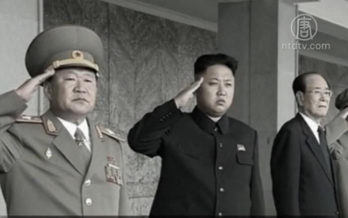 Северокорейский лидер Ким Чен Ын (в центре) страдает от «дискомфорта», согласно государственным СМИ. Фото: скриншот/ntd.tv