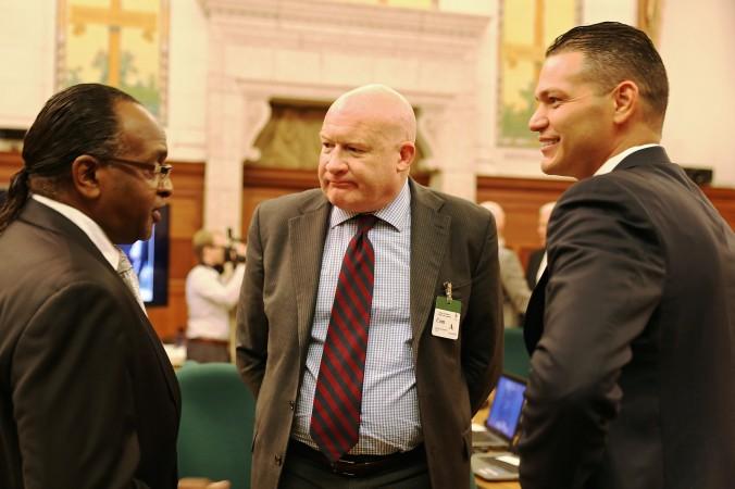 Член парламента Канады Тирон Бенскин (слева) беседует с журналистом Этаном Гутманом (в центре) и доктором Деймоном Ното из организации «Врачи против насильственного извлечения органов» после их выступления на заседании подкомитетом по правам человека при канадском парламенте 21 октября 2014 г. Фото: Donna He/Epoch Times