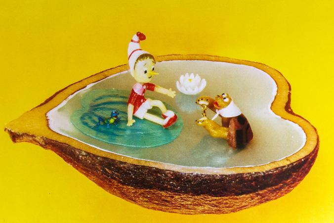 Выставка микроминиатюр «Дива под микроскопом» открылась в Иркутске. На стезе виноградной косточки размещена композиция Буратино, лягушка и черепаха Тортилла, выглядывая из воды. Фото: Нина Апёнова/Великая Эпоха