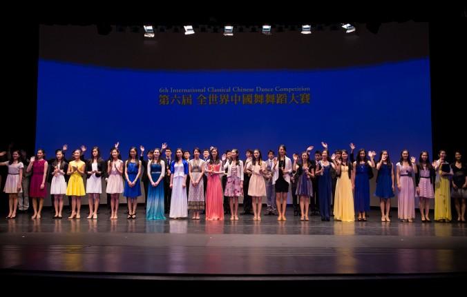 Победители Международного конкурса классического китайского танца на сцене Центра исполнительских искусств «Трибека» в Нью-Йорке 12 октября 2014 года. Фото: Dai Bing/Epoch Times