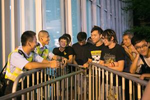 Продемократические протестующие ведут мирную беседу с гонконгскими полицейскими в Центральном районе 5 октября 2014 года. Фото: Benjamin Chasteen/Epoch Times
