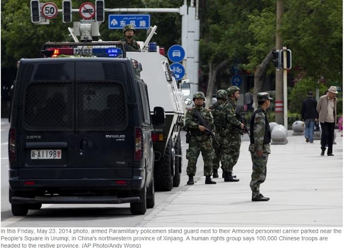 Вооружённая полиция дежурит около бронетранспортера в Урумчи, Синьцзян, Китай, 23 мая 2014 года. Фото: скриншот/theepochtimes.com