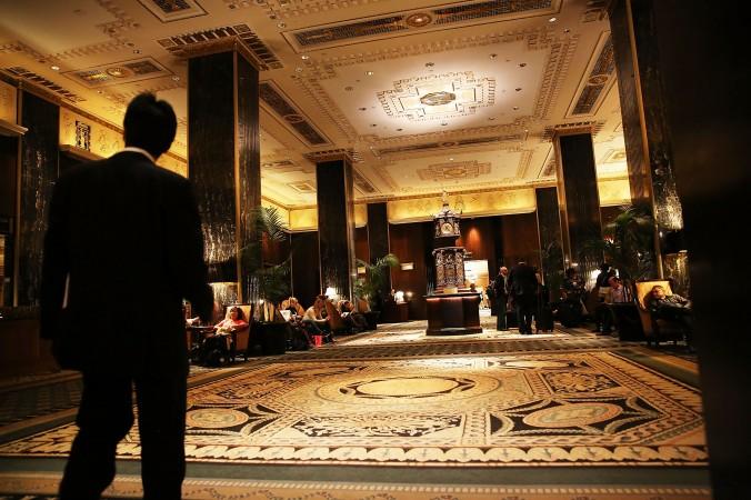 Холл знаменитого нью-йоркского отеля Waldorf Astoria. Hilton Worldwide продала его пекинской Anbang Insurance Group за $1,95 млрд. Фото: Spencer Platt/Getty Images