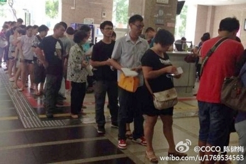 Очередь, чтобы записаться на приём к врачу. Город Гуанчжоу. 2 октября 2014 года. Фото с epochtimes.com