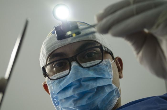доктор наблюдает за пациентом