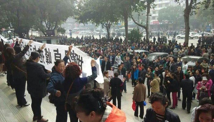 В Китае тысячи обманутых вкладчиков требуют вернуть им деньги
