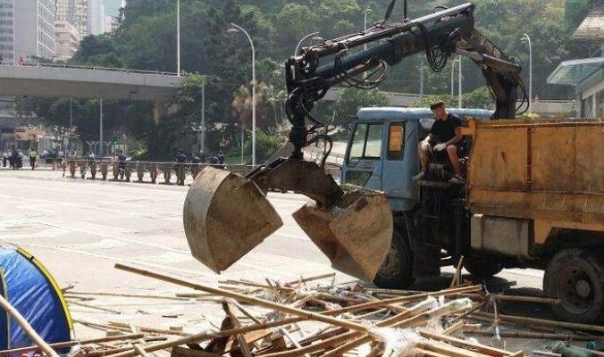 Полиция Гонконга разобрала баррикады на Causeway