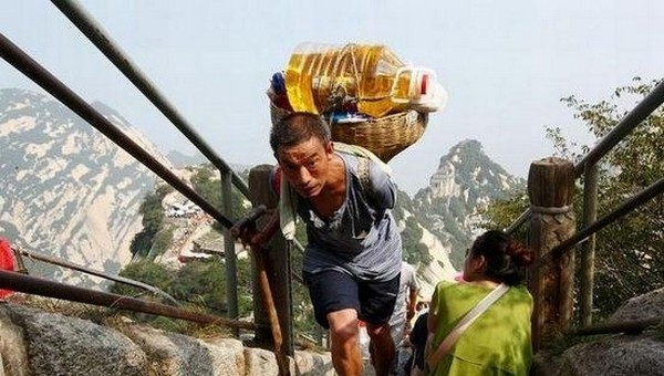 Однорукий носильщик Хэ Тяньу на горе Хуашань. Фото с epochtimes.com