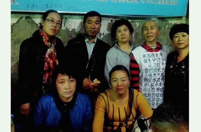 Петиционеры из провинций Шаньдун, Хэйлунцзян, Ляонин и Цзилинь в 37-м отделении полиции в Пекине. Фото: Human Rights Campaign in China