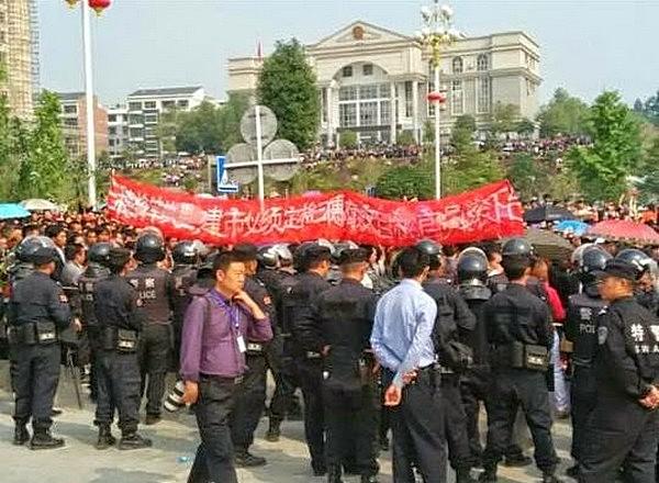 Протесты жителей уезда Саньсуй провинции Гуйчжоу. Октябрь 2014 года. Фото с epochtimes.com