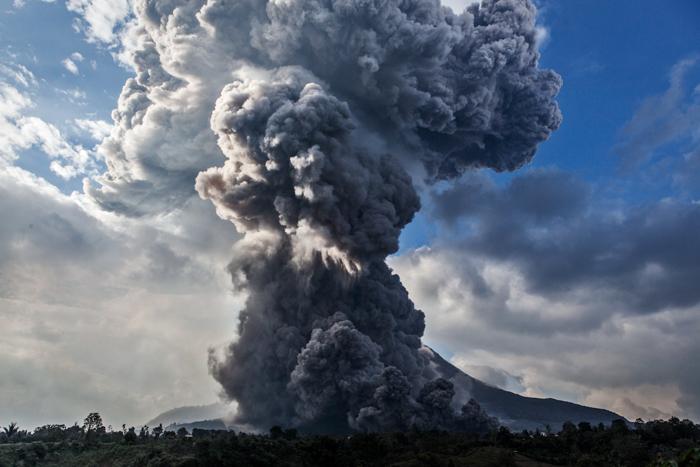 извержение вулкана, вулкан Синабунг, Индонезия, фото дня, фото