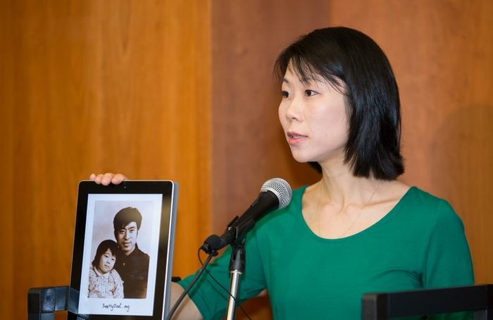 Ван Сяодань, дочь Ван Чживэня, недавно освобождённого из китайских застенок узника совести, планирует привезти отца на лечение в США. Фото: Li Sha/Epoch Times