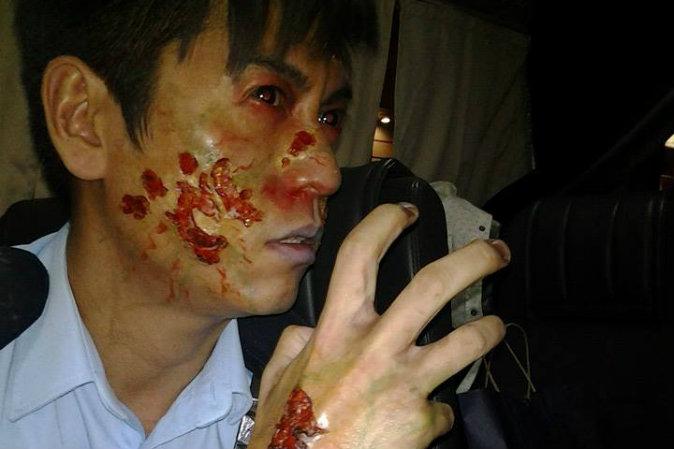 Гонконгский актёр У Квин-лун (Wu Kwing-lung) наносил грим «зомби-полицейского» для съёмок в шоу «Ночная смена». Фото: Shi Ge/Facebook