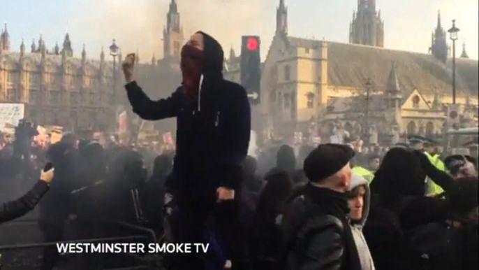 Часть протестующих прорвались сквозь временные ограждения на площади и стали бросать различные предметы в стражей правопорядка. Скриншот видео.