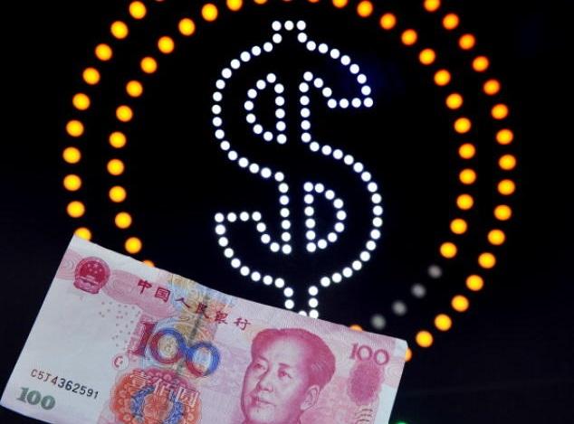 Банкнота в 100 юаней на фоне символа доллара. С 18 ноября в 23 областях инвестиционной зарубежной деятельности китайцам не нужно получать одобрение центрального руководства. Фото: LAURENT FIEVET/AFP/Getty Images