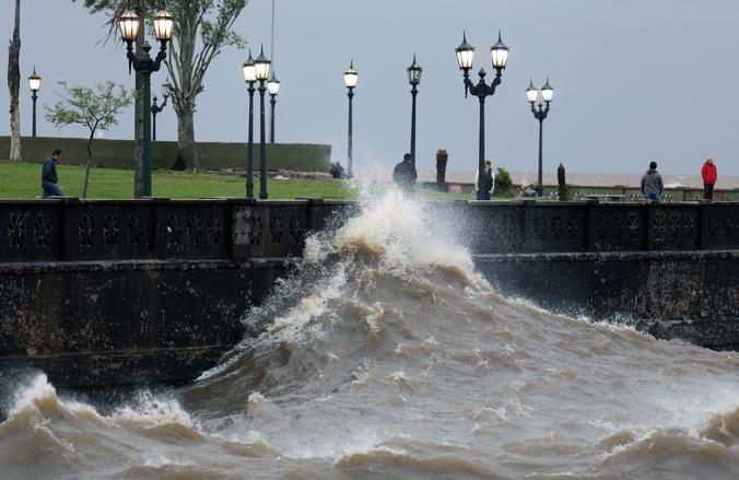 Сильный ветер поднимает волны у побережья Буэнос-Айреса, Аргентина, 2 ноября, 2014 год. Фото: MARIANO SANCHEZ/AFP/Getty Images