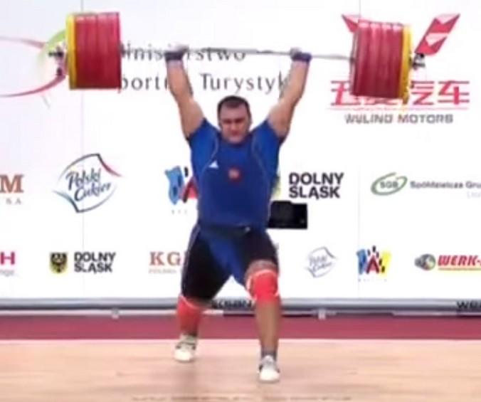 Российский тяжелоатлет Руслан Албегов.  Скриншот с сайта youtube.com