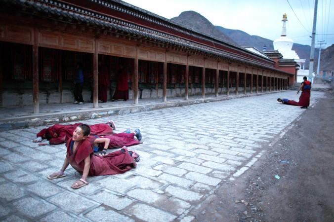 Молодой монах в монастыре посёлка Лабранг округа Ганьсу 16 мая 2013 года. С 2009 года более 133 тибетцев совершили самоубийство в знак протеста против агрессии китайского режима. Фото: Ed Jones/AFP/Getty Images