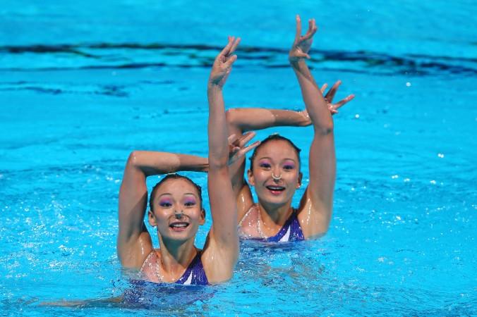 Сёстры Цзян Тинтин и Цзян Вэньвэнь  выступают на чемпионате мира  по  водным видам спорта в Барселоне, Испания, 23 июля 2013 г. Фото: Alexander Hassenstein/Getty Images