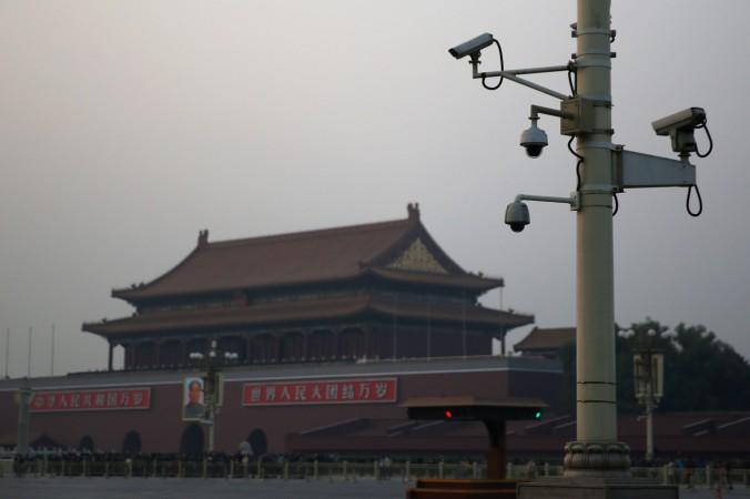 Камеры видеонаблюдения на площади Тяньаньмэнь, 8 ноября 2013 года, Пекин, Китай. Пекин потратил 3,26 млрд на программу  «Большая разведка» — многочисленные камеры следят за гражданами почти во всех городах страны. Фото: Feng Li/Getty Images