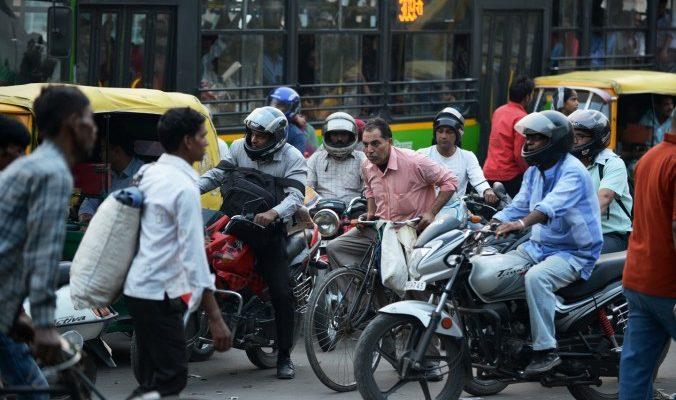 Индийская полиция борется с нарушениями на дорогах при помощи смартфонов