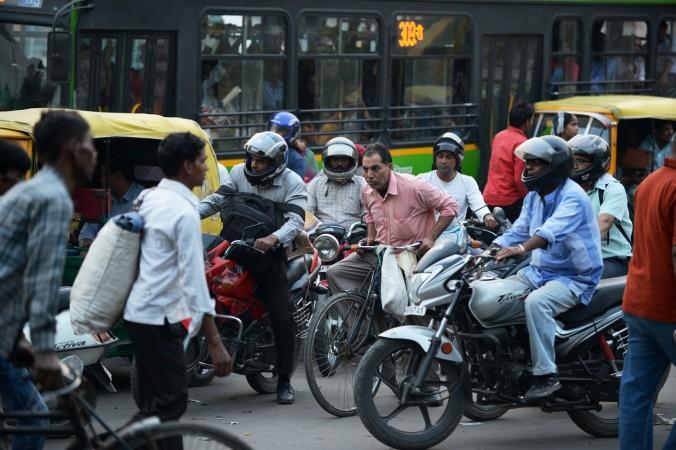 16 октября дорожная полиция  Нью-Дели  запустила  горячую линию Whatsapp по которой граждане могут сообщать о нарушениях правил дорожного движения. Фото: Roberto Schmidt/AFP/Getty Images
