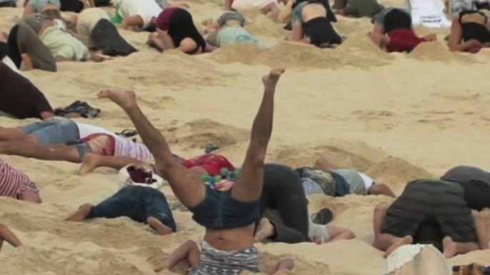 Сотни австралийцев спрятали головы в песок в рамках протестной акции