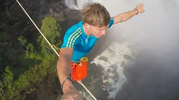 Студент-экономист из Германии и журналист из Австрии перешли «Гремящий дым» по канату, натянутому на высоте около 120 метров. Скриншот видео