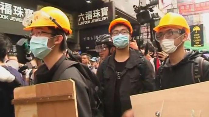 Центральный квартал Гонконга занят полицией, более сотни протестующих задержаны