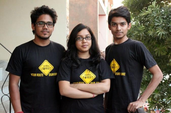 Мритунджая Кумар (слева), Мокша Шривастав (в центре) и Пранай Шривастав ― создатели Wheelstreet.in, первого индийского портала по аренде мотоциклов. Фото: Venus Upadhayaya/Epoch Times