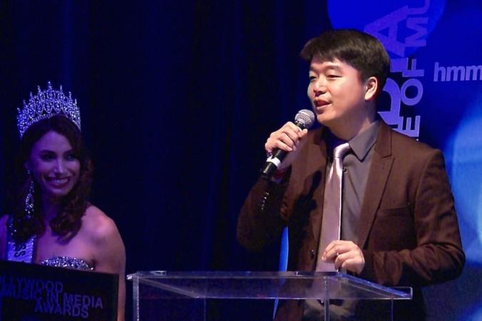 Тони Чэнь принимает премию HMMA в категории «Этническая музыка», Голливуд, Калифорния, 4 ноября.  Фото: Eric Zhang/Epoch Times