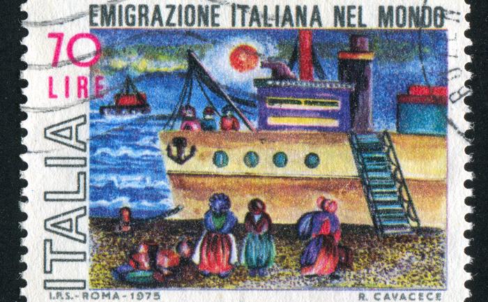 Марка, посвящённая итальянским эмигрантам прошлого века. Из-за экономического спада миграция не ослабляется. Фото: Shutterstock*