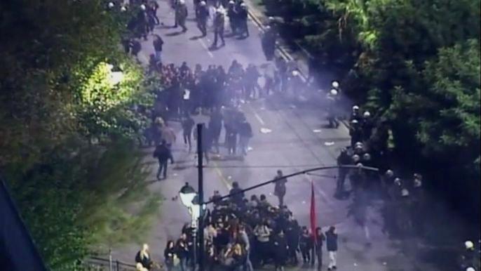 На улицы Афин вышли десятки тысяч человек. Скриншот видео.