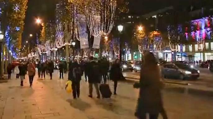 Первый признак приближающегося праздника – это иллюминация, украсившая одну из популярнейших улиц Парижа. Скриншот видео.