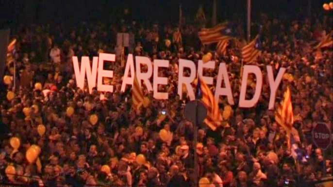 Флаги, транспаранты, пиротехника, толпы на центральных улицах Барселоны - все это выглядит так, будто бы каталонцы получили наконец-то возможность провести долгожданный референдум. Скриншот видео.