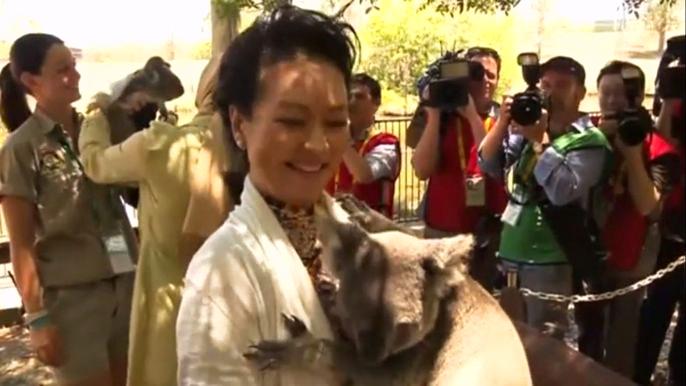 В неформальном мероприятии приняли участие около десяти первых леди, в том числе жена китайского президента и супруга итальянского премьер-министра. Скриншот видео.