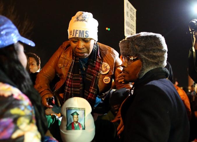 Мать убитого 18-летнего подростка Майкла Брауна на демонстрации в Фергюнсоне, США, 24 ноября, 2014 год. Фото:  Justin Sullivan/Getty Image