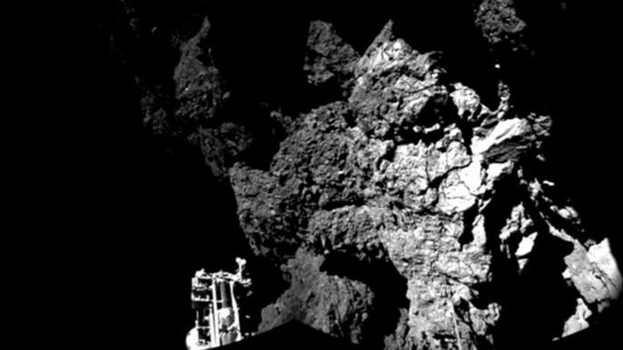 Это фото аппарат снял, находясь уже на поверхности кометы. На нем отчетливо видна одна из трех ног Philae. Скриншот видео.