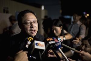 Активист Бенни Тай, соучредитель движения «Оккупируй Централ», общается с журналистами у здания администрации в Гонконге 29 августа 2014 года. Фото: Alex Ogle/AFP/Getty Images